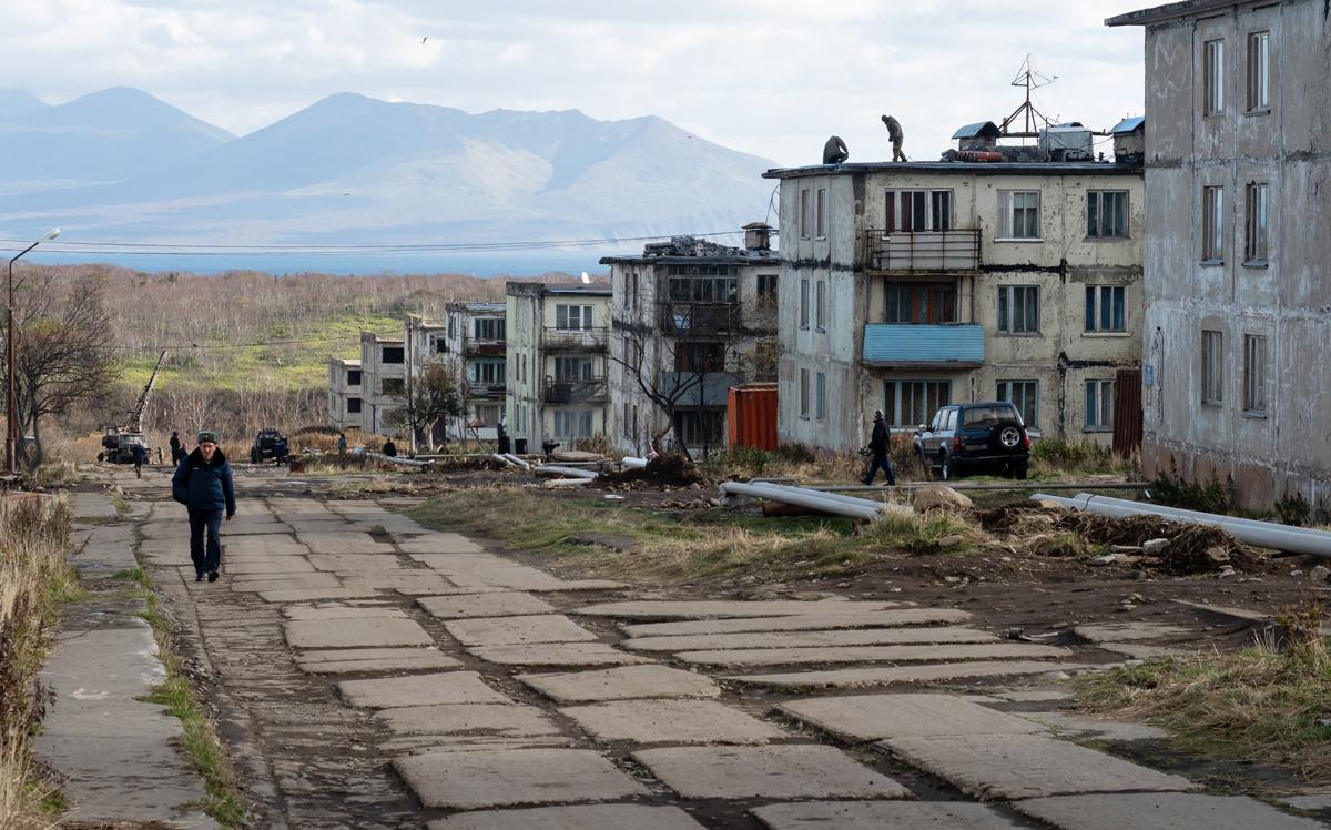 На одной из улиц поселка Горный на острове Итуруп