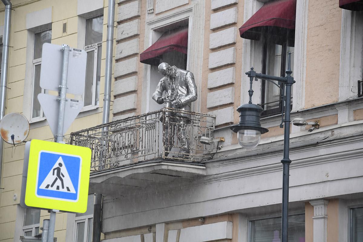 Москва во время пандемии. Живая скульптура «Музыкант на балконе дома»