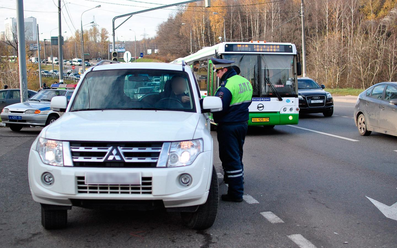 <p>Если водитель проехал на &laquo;красный&raquo; в ситуации крайней необходимости, инспектор ГИБДД, как правило, пойдет автомобилисту навстречу.</p>