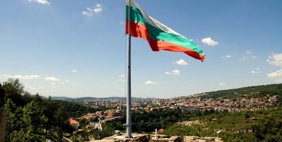 Болгарский флаг на фоне города Велико-Тырново, бывшей столицы Болгарии