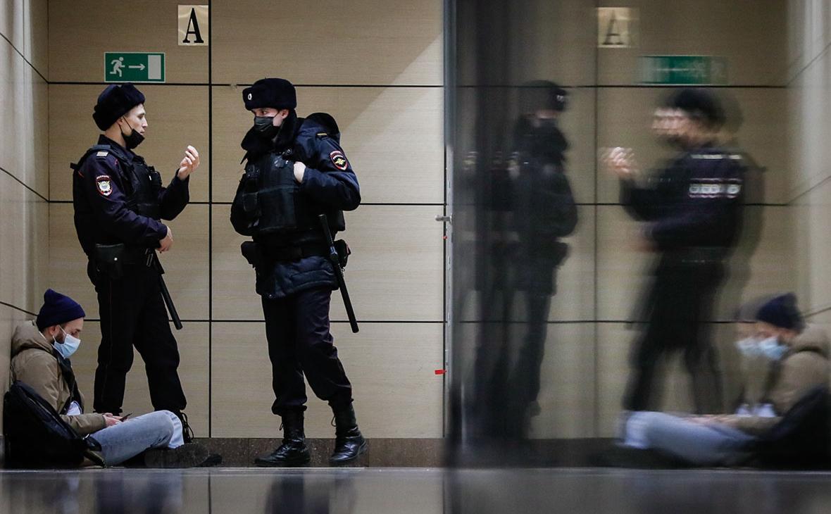 Сотрудники полиции у офиса Фонда борьбы с коррупцией