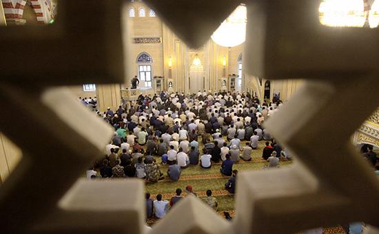 Мусульмане в мечети «Сердце Чечни» в Грозном. 12 сентября 2016 года