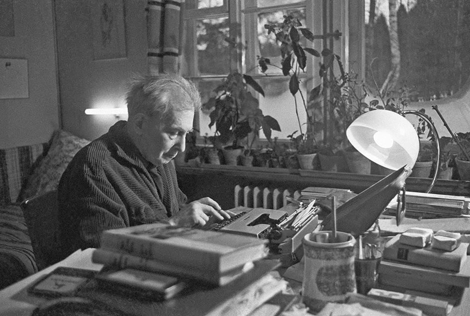 Писатель Илья Эренбург за работой на своей даче в Подмосковье. 1965 год