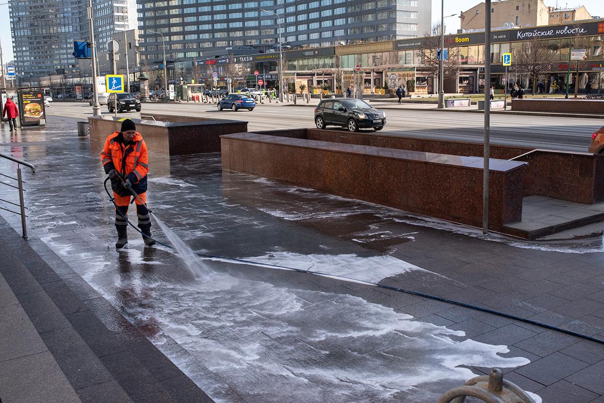 Мытье улицы Новый Арбат во время пандемии коронавируса COVID-19