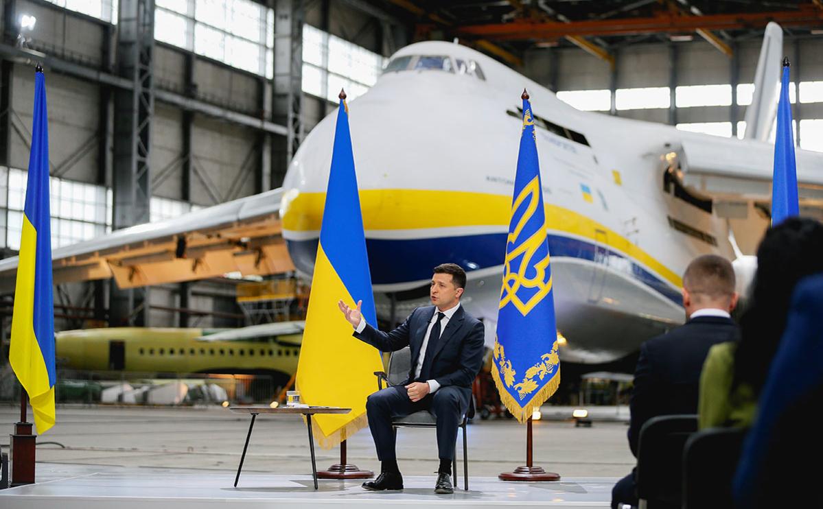 Владимир Зеленский выступает во время своей ежегодной пресс-конференции на авиазаводе Антонов в Киеве, Украина, 20 мая 2021 года.