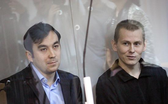 Граждане России Евгений Ерофеев иАлександр Александров (слева направо), обвиняемые вряде военных преступлений натерритории Украины, вовремя рассмотрения дела посуществу вГолосеевском суде