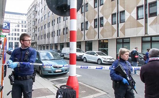 Полицейские возлестанции метро, гдепроизошел взрыв, вБрюсселе