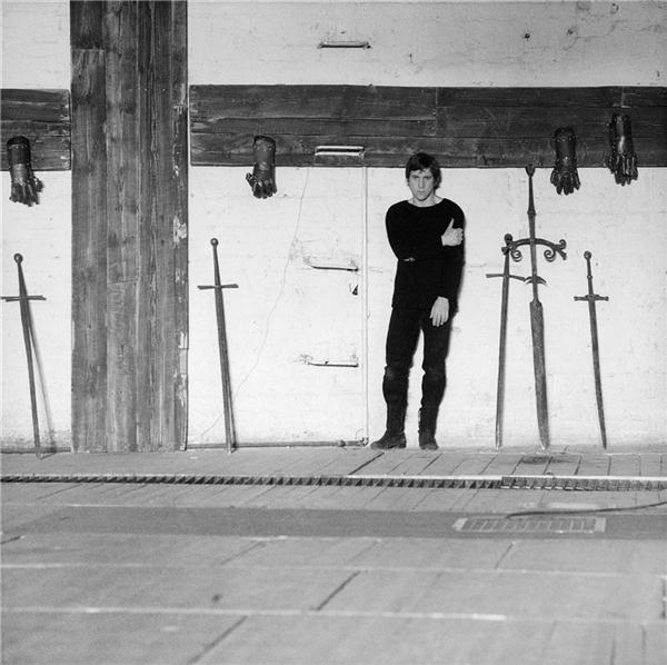 При строительстве нового здания театра в 1970-х гг. сохранилась балка занавеса со старой сцены, на которой Владимир Высоцкий играл Гамлета