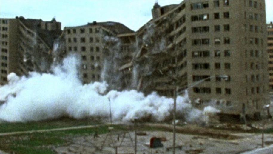 Снос первых домов был показан понациональному телевидению. Кадры отражали неудачу программы построительству государственного жилья