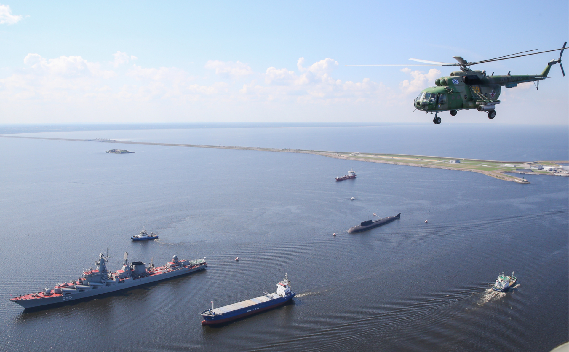 Флагман группировки кораблей у берегов Сирии — ракетный крейсер «Маршал Устинов» (слева) во время репетиции парада ВМФ в Санкт-Петербурге в 2018 году