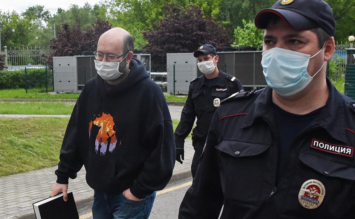 Журналист Илья Азар у Мосгорсуда