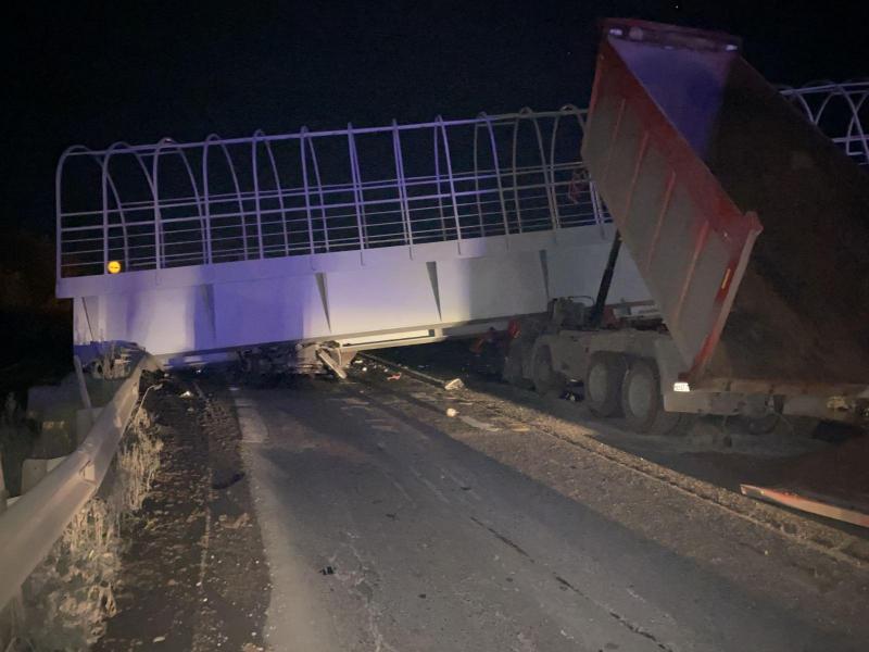 СК начал проверку после падения пешеходного перехода на двух водителей