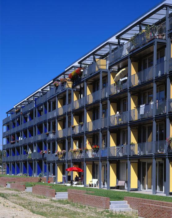 Фасад здания стеррасами исплошными балконами