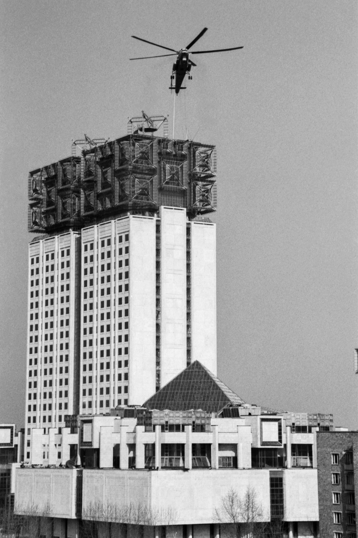 29 марта 1990 года. Вертолет «МИ-10К» во время установки фасадных блоков на специальную площадку крыши здания Академии наук СССР, сооружаемого на Гагаринской площади