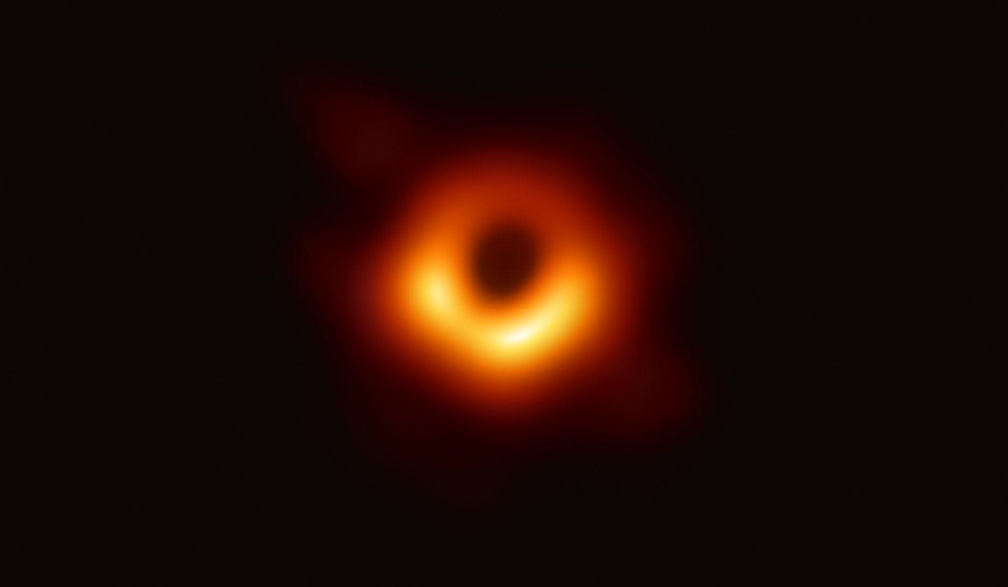 Первое изображение галактики Messier 87, в центре которой находится черная дыра