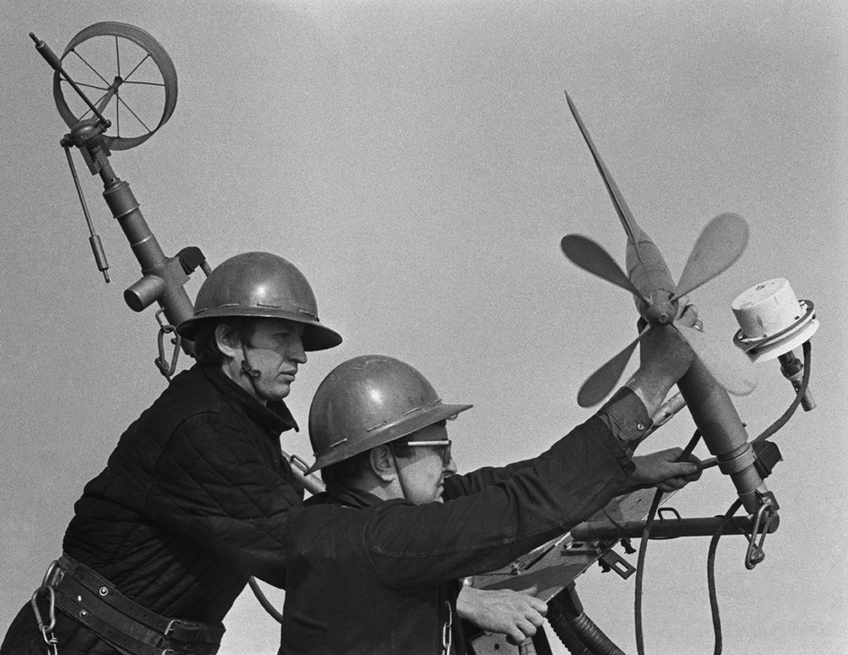 Останкинская телебашня начала работу с трансляции в эфир четырех телевизионных и трех радиопрограмм на расстояние 120км. До этого дня почти два месяца одновременно работали две станции — на Шаболовке и в Останкино