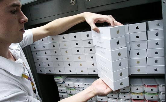 Телефоны Iphone на складе интернет-магазина. Архивное фото.