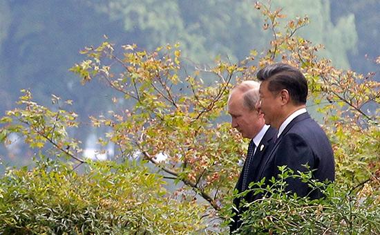 Владимир Путин иСи Цзиньпин (слева направо) вовремя прогулки. 2016 год