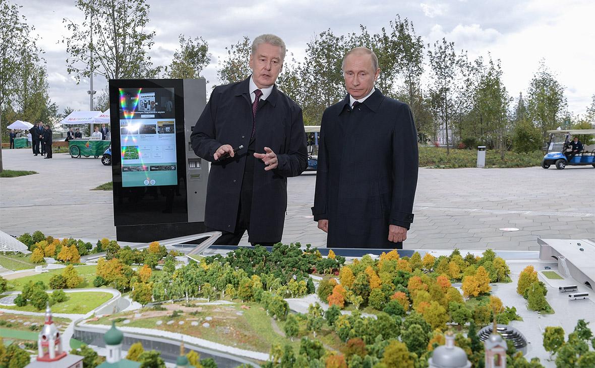 Сергей Собянин и Владимир Путин (слева направо) во время посещения парка «Зарядье»
