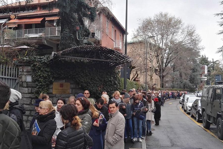 Очередь у входа в избирательный участок в генконсульстве России в Милане.