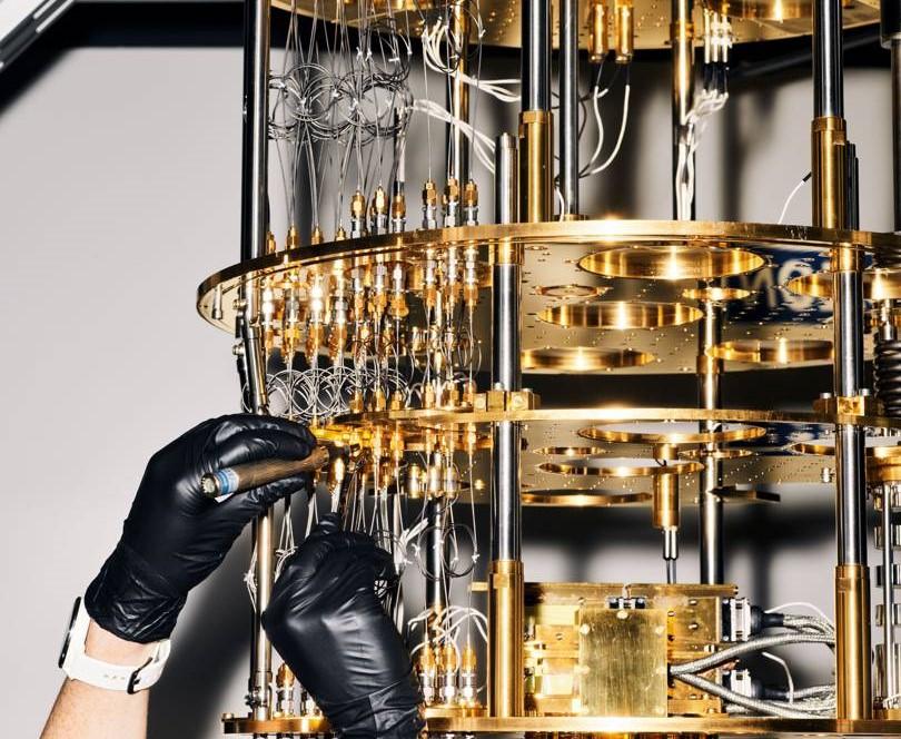 Криостат (система охлаждения), подключенный к квантовому компьютеруMicrosoft