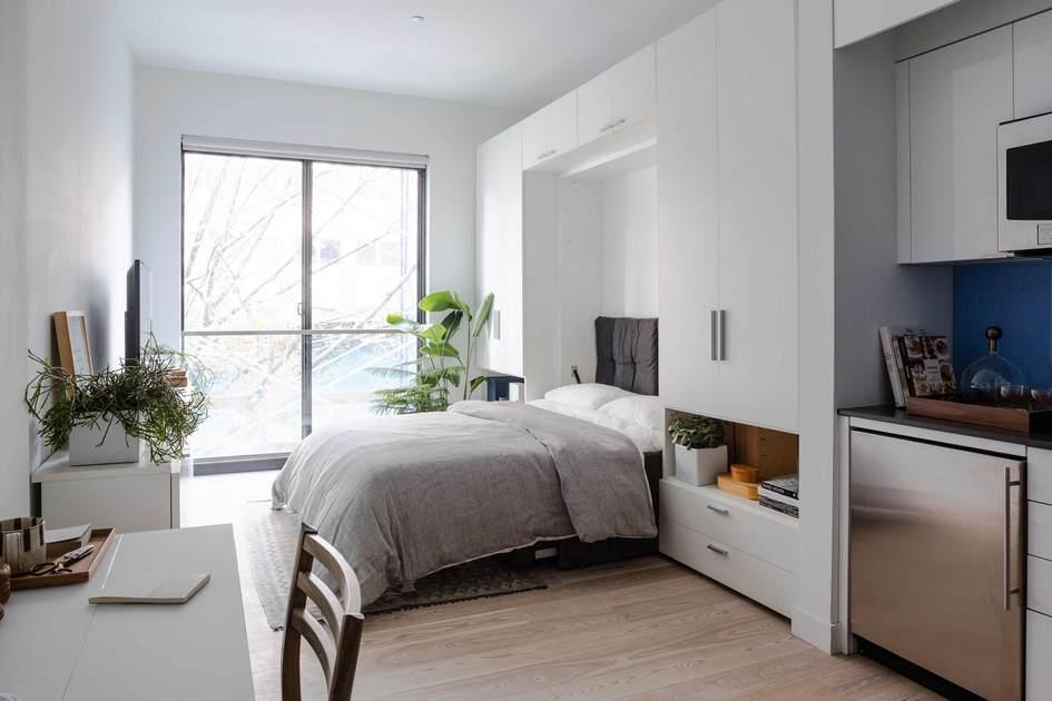 В комнатах стоят складные кровати, которые убираются встену. По традиции советских хрущевок надсанузлами расположены антресоли—правда, вСША это называют просто«отсеками дляхранения вещей»