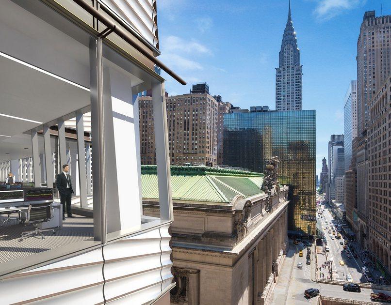 One Vanderbilt строится науглу Мэдисон-Авеню и42-й улицы, напротивЦентрального вокзала Нью-Йорка (здание вцентре снимка) — важнейшего транспортного узла наМанхэттене имирового рекордсмена поколичеству платформ ипутей. Из окон новой высотки такжеможно будет увидеть знаменитый Крайслер-билдинг (башня назаднем плане) — классическое здание встиле ар-деко исамую высокую кирпичную постройку напланете