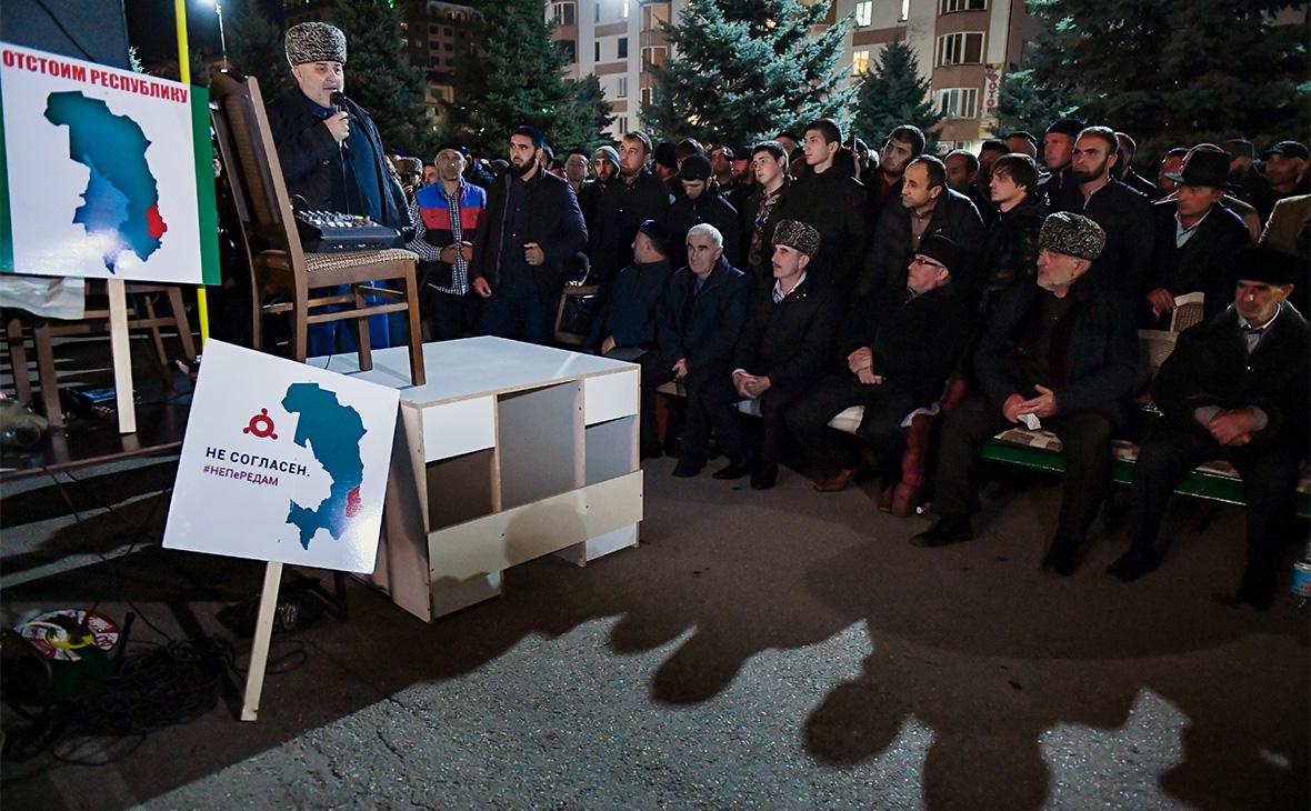 Участники митинга в Магасе против соглашения о границе между Ингушетией и Чечней