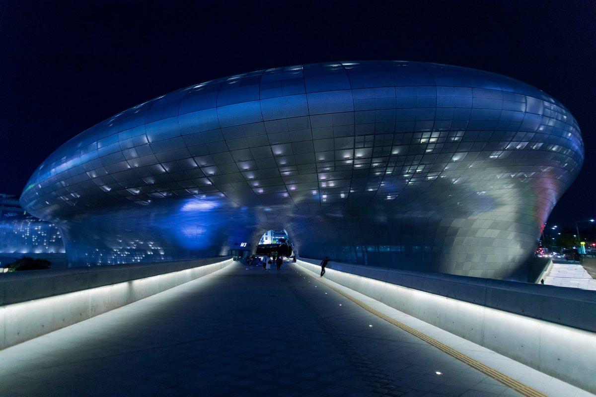 Культурный комплекс Dongdaemun Design Plaza является первым общественным зданием в Сеуле. Фасад здания в форме летающей тарелки состоит из 45 тыс. алюминиевых панелей
