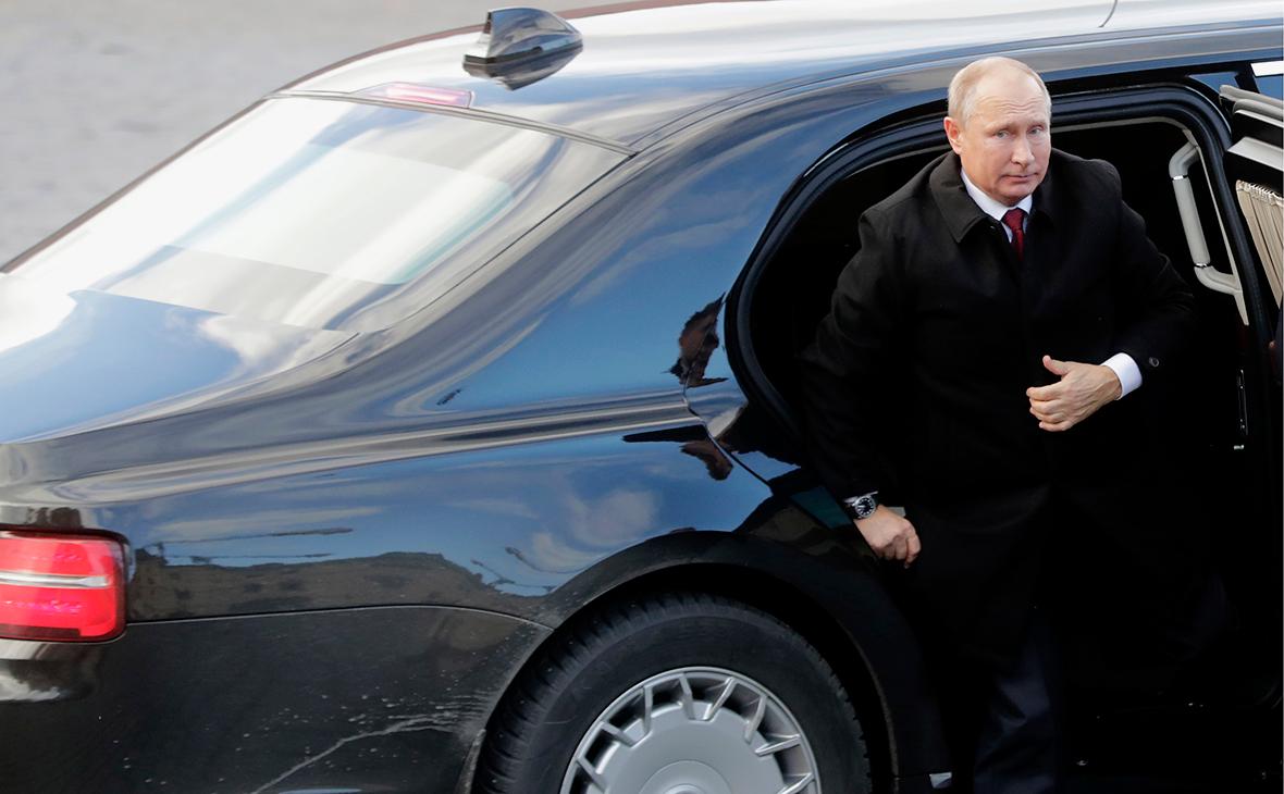 Владимир Путин у автомобиля Aurus