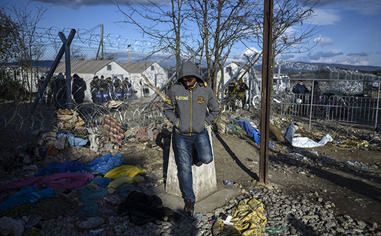 Мигрант нагреко-македонской границе