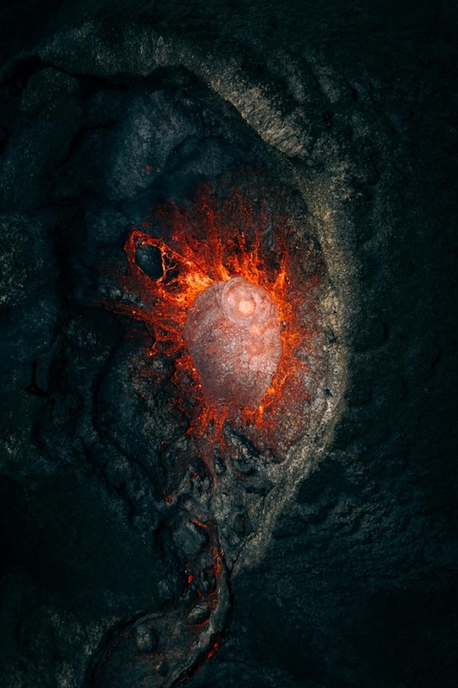 Победитель в номинации «Природа»: «Внегалактическое». Извержение вулкана в Исландии, захваченное изнутри