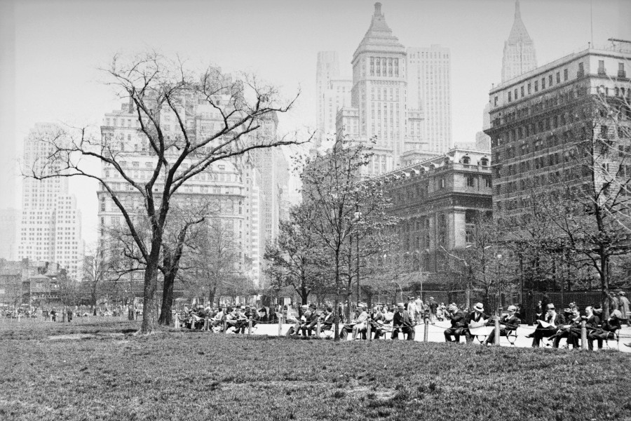 Декабрь 1938 года: люди отдыхают в Нью-Йорке на фоне Уолл-стрит