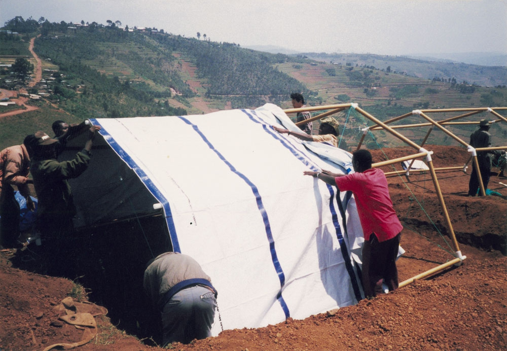 Фото: Paper Refugee Shelters for Rwanda, 1999 Photo by Shigeru Ban Architects
