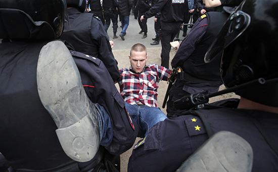 Участник акции оппозиции вСанкт-Петербурге