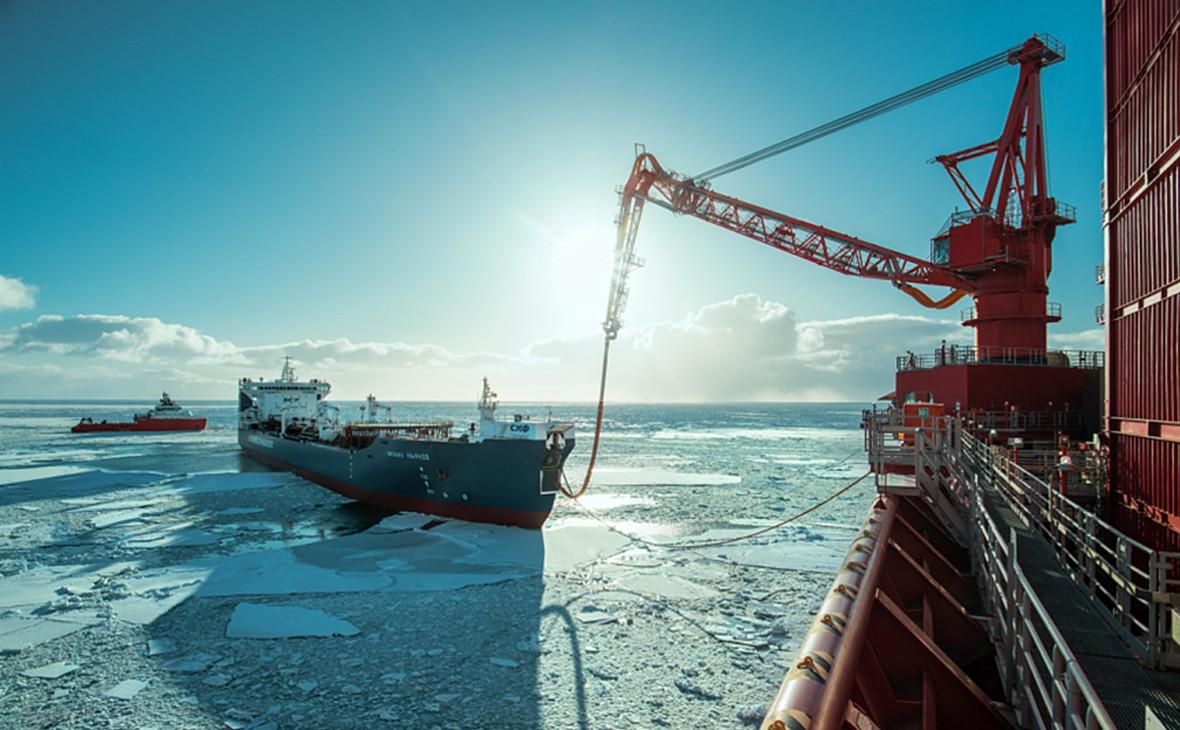 Отгрузка нефти с арктическойплатформы «Приразломная»
