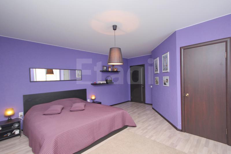 В коттедже три спальни, цветовое решение стен у каждой– свое: есть фиолетовая комната, синяя и мятно-зеленая