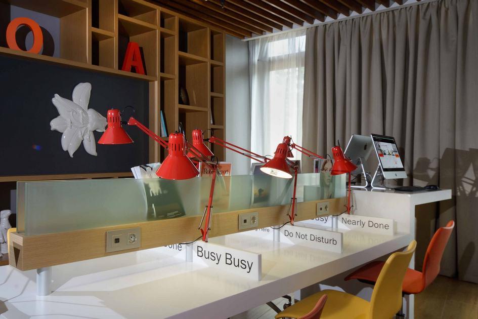 Коворкинги открываются вотелях нетолькозарубежом, нои вРоссии. На фото—коворкинг-пространство вгостинице Holiday Inn Seligerskaya вМоскве
