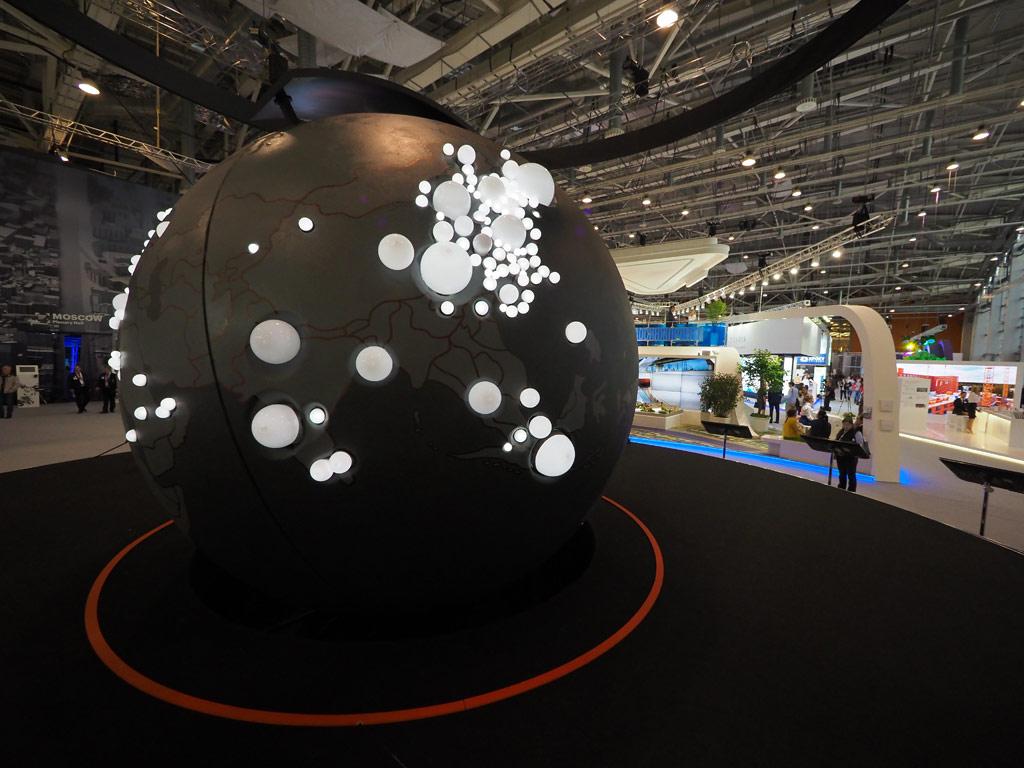 Гигантский черный глобус, представляющий экономическую модель мира, стал центральной инсталляцией форума. Сфера — это модель того, как выглядит мир агломераций. 300 белых шаров разного размера, продавливающих поверхность черной сферы-глобуса, — крупнейшие агломерации, отобранные Брукингсовским институтом по размеру экономики