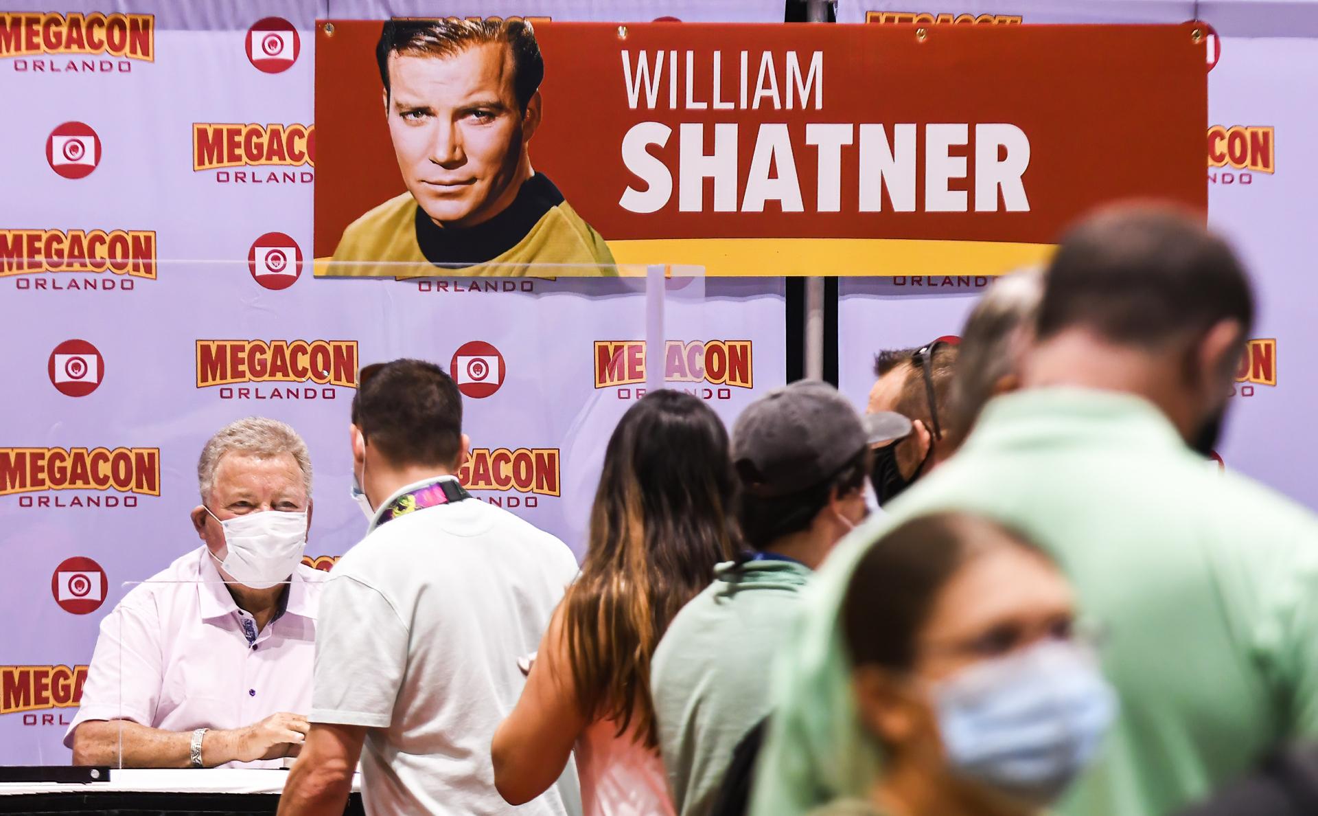 Уильям Шатнер раздает фанатам автографы