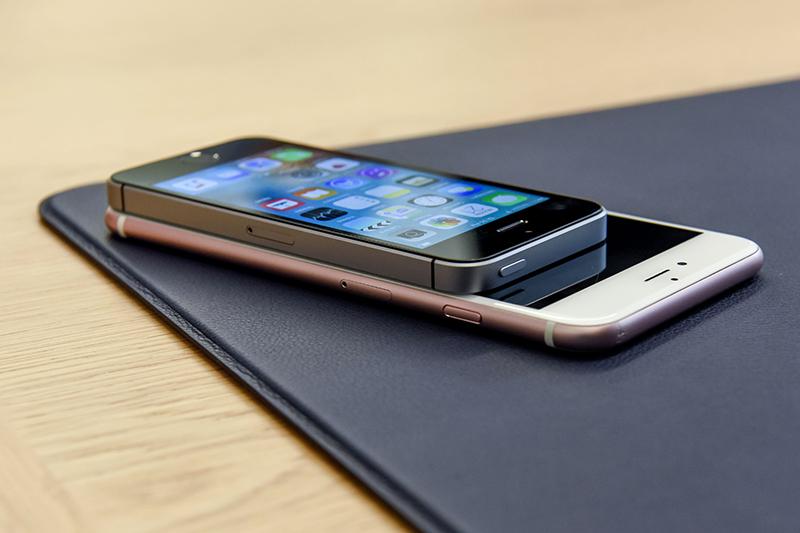 iPhone SE   Главной новинкой презентации стала новая четырехдюймовая модель iPhone — iPhone SE. Она совместила в себе дизайн iPhone 5S и «начинку» шестого поколения iPhone (процессор A9, 12-мегапиксельная камера и др.).