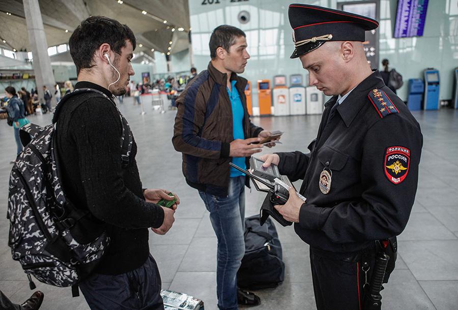 Проверка документов у иностранных граждан в аэропорту Пулково