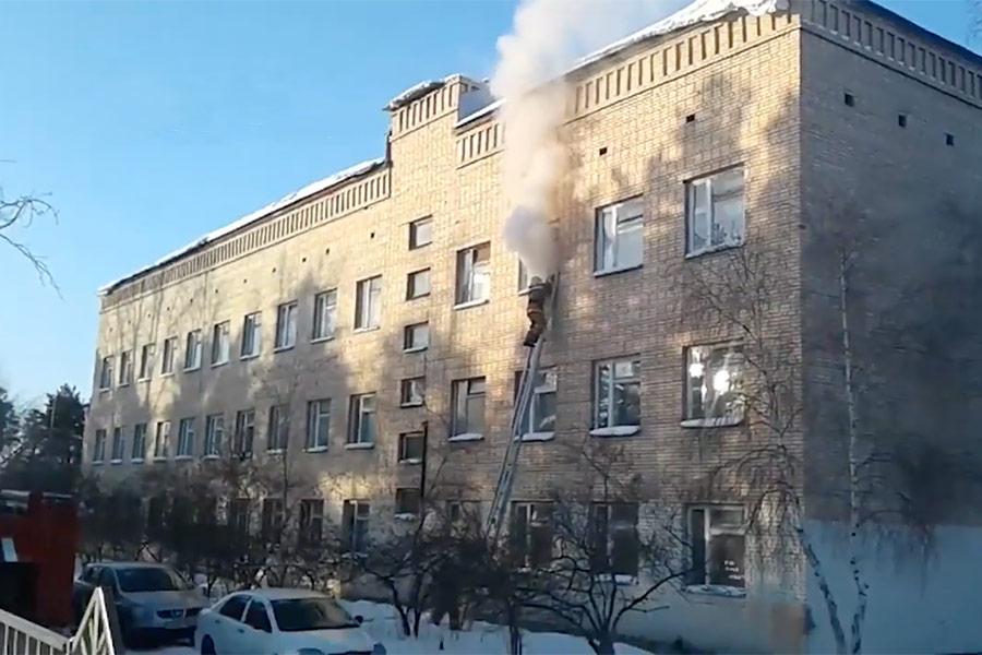 Школа №5 расположена в микрорайоне Сосновый Борпо адресу: улица Виталия Бонивура, 40. Нападавшие бросили в класс русского языка и литературы на третьем этаже бутылку с зажигательной смесью.