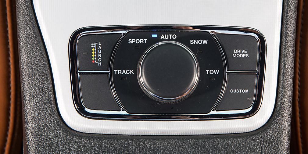 Кнопка Custom активирует конфигурацию заранее выбранных индивидуальных настроек систем и агрегатов. В режиме буксировки Tow учитывается раскачка прицепа.