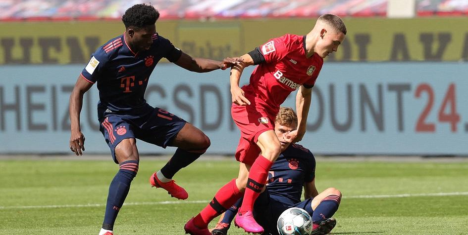 Флориан Вирц (в центре) в матче против «Баварии»