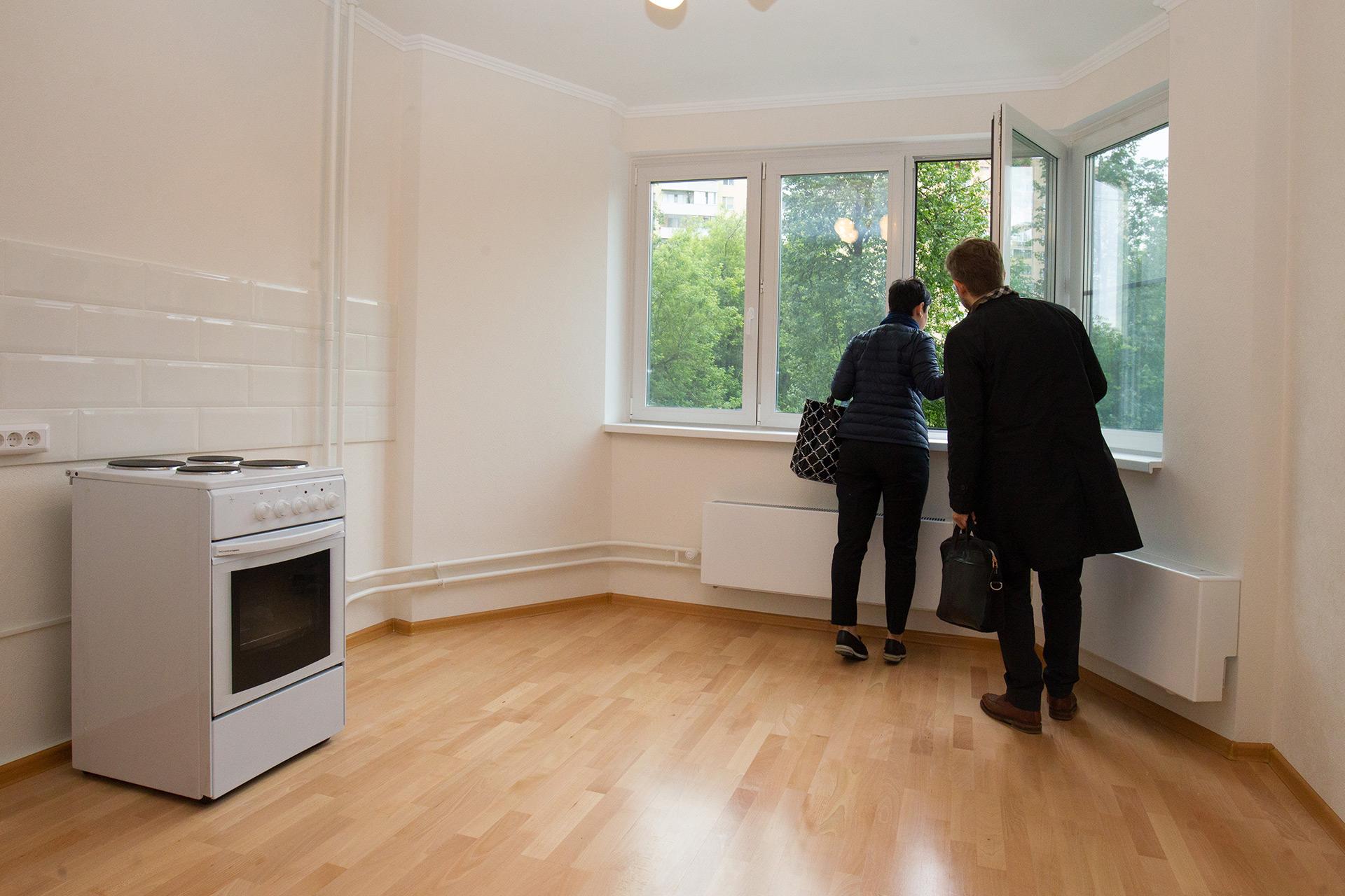 Кухня в одной из квартир в новом многоквартирном доме на улице Летчика Бабушкина д. 39, который построен в рамках программы реновации жилищного фонда столицы