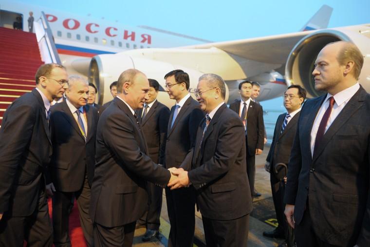 Прибытие президента России Владимира Путина в аэропорт Шанхая