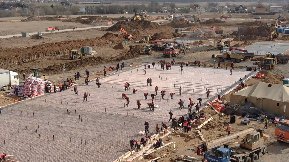На стройке работает одновременно около 5 тыс. человек...