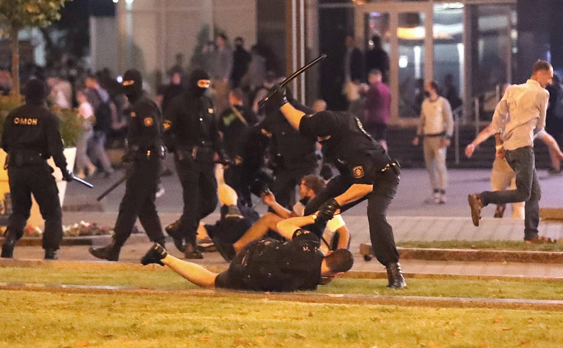Столкновения протестующих с силовиками в Минске