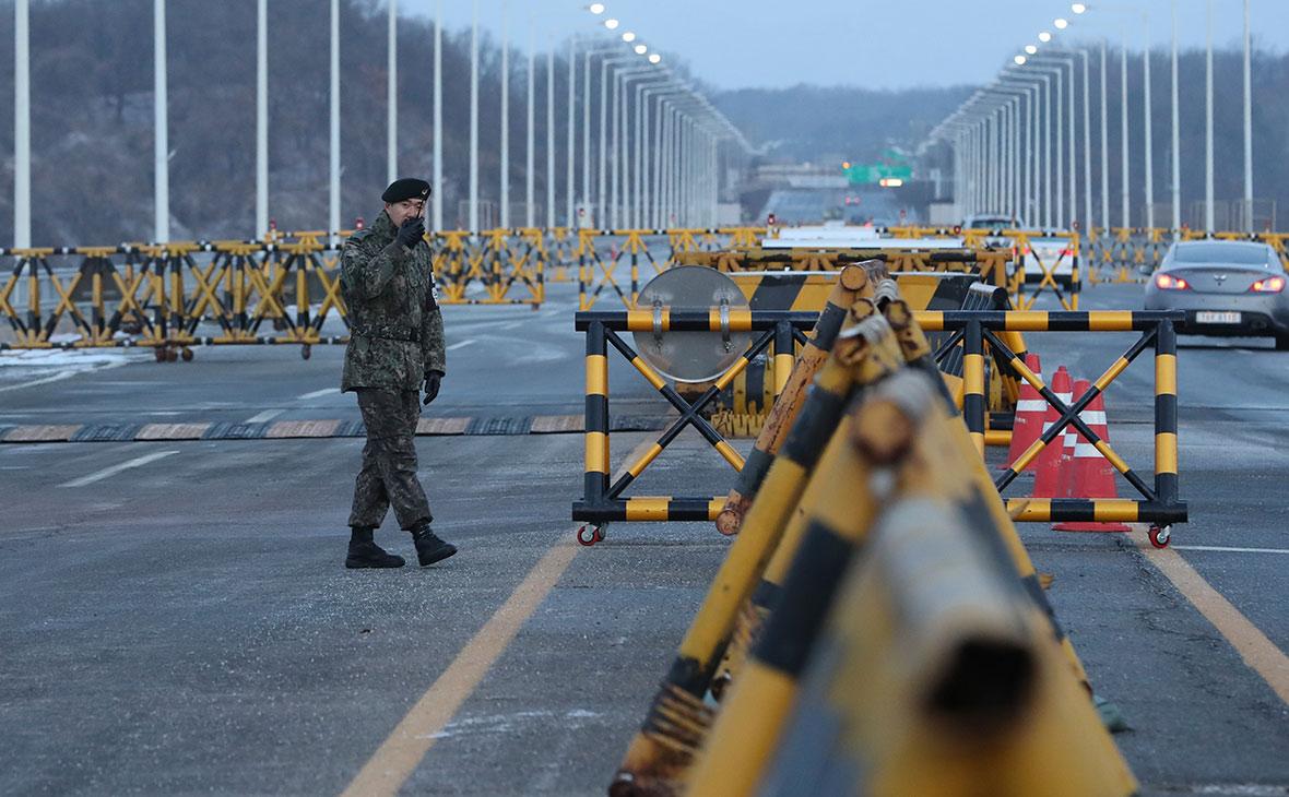 Южнокорейский солдат на мосту к деревне Пханмунджом